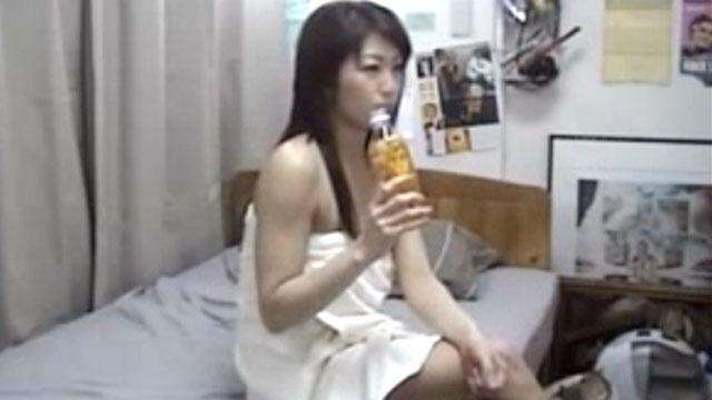 【盗撮】隠しカメラに気づかず不倫セックスする人妻が生々し過ぎるww