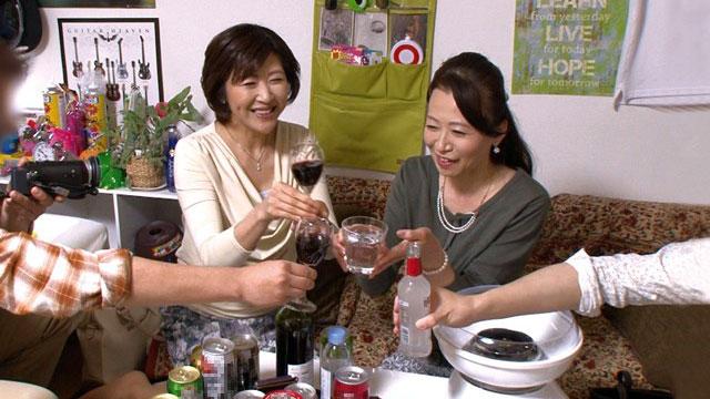 【乱交盗撮】ドスケベ50代ママさんバレーコンビがイケメンのチンポでイキ狂い!