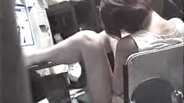 【盗撮】人妻が自宅でエロ動画を見ながらオナニーする姿が隠し撮りされるwww