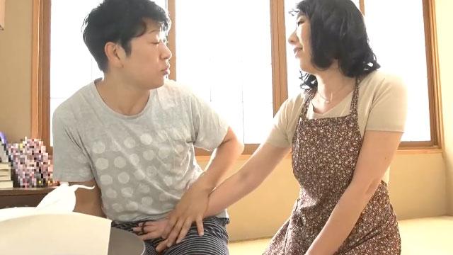 【近親相姦】母さんに任せなさい!エロアニメでシコってる息子の肉棒に喰らいつく!
