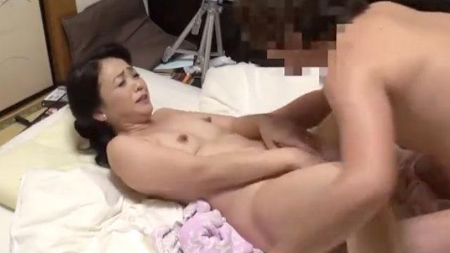 【盗撮キメセク】熟女デリヘル嬢、マンコに媚薬を塗られて本番セックスする姿を...