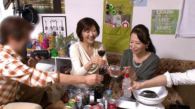 【盗撮】50代おばさん2人組がイケメンにナンパされ乱交パーティー状態にww