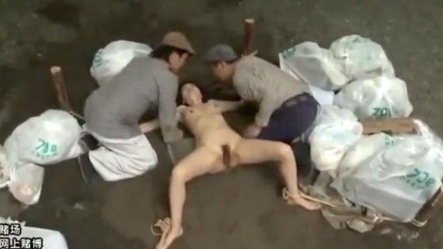ゴミ捨て場に放置された熟女が浮浪者のおっさんの慰み者に!