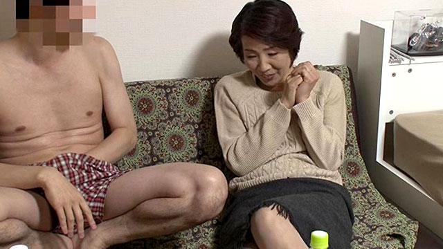 【熟女ナンパ】「勃っちゃたの?❤」還暦熟女が若いチンポに歓喜の中出しアクメ!
