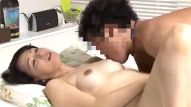 「熟女好きなの?」若い男に口説かれ不倫セックスに溺れる人妻に中出し!安野由美