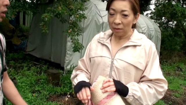 「イッちまうよぉぉ❤」田舎で遭遇した農家のおばちゃんに中出し!