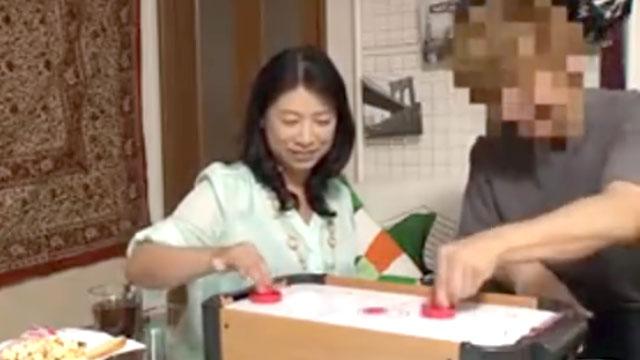 【熟女盗撮】ナンパ師にひっかかった尻軽人妻にガッツリ中出し!