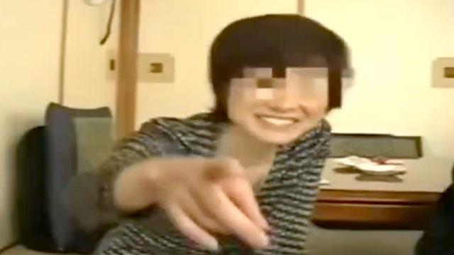【個人撮影】息子の友達に撮られながら不倫セックスに溺れるスケベおばさん!