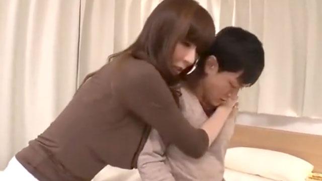 「おばさん寂しくて…キスして?」息子の友達を押し倒す人妻 澤村レイコ