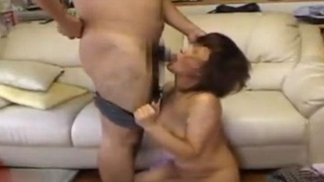 【個人撮影】熟年妻、夫のチンポにキスから始まるイチャラブセックスwww