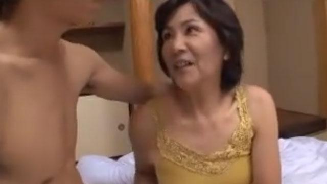 【中出し】五十路熟女さん、7年ぶりしかもイケメンとのセックスに笑みが止まらない模様www