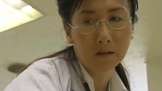 椿美羚 ヘンリー塚本 五十路女医がポルノ映画館でチンコ漁りを始める