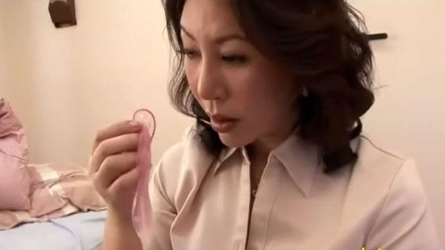 息子の部屋から使用済みコンドームを発見してしまう母、ザーメンの香りに興奮してオナニー 庵叶和子