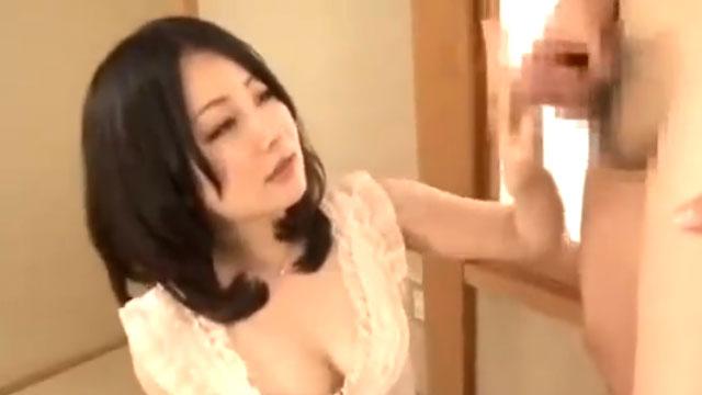 【人妻センズリ鑑賞】「そんなに見せつけられたら…」シコシコチンポに思わずマンズリ!