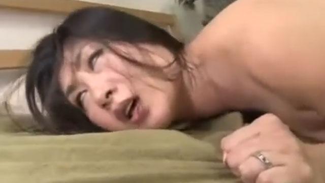五十路熟女、中出しされた後に尻穴にチンポ突っ込まれ白目を剥いて昇天ww 藤沢芳恵