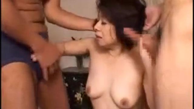 「きもぢぃ❤」底なし性欲の六十路熟女が2本のチンポを貪る3Pセックス!
