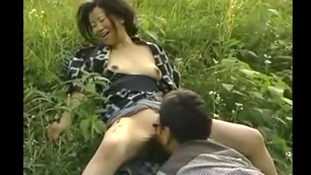 田舎で行われる不倫行為wホテルがないから茂みでセックス 浅井舞香