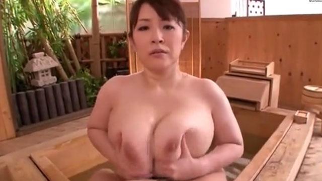 ド迫力のムッチムチの爆乳熟女の温泉パイズリで揺れまくりの肉欲の宴 堀川奈美
