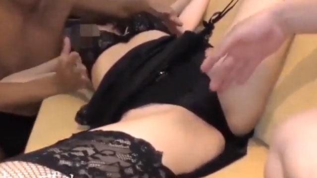 欲求不満妻が3Pセックスでよがり狂う!2本の肉棒でアクメが止まらない!