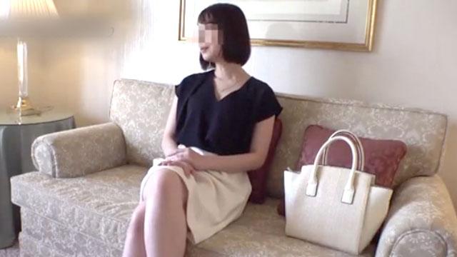 【不倫セックス】上品なセレブ妻が他人棒に溺れて騎乗位腰振りアクメ!