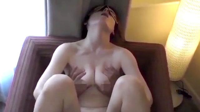 性欲の強い熟女が夫だけじゃ飽き足らず間男との不倫セックスに酔いしれる!