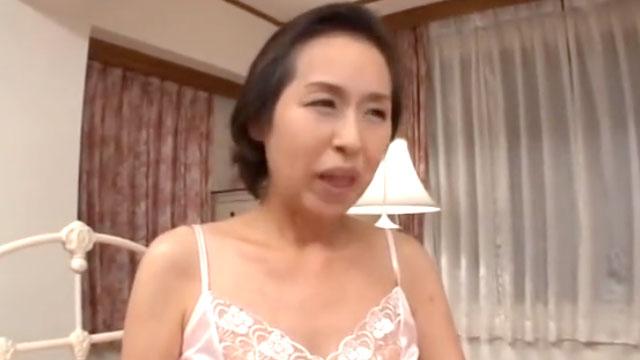 還暦熟女が性欲が衰えなくてAV初撮り!若いチンポにむさぼりつく! 東條志乃