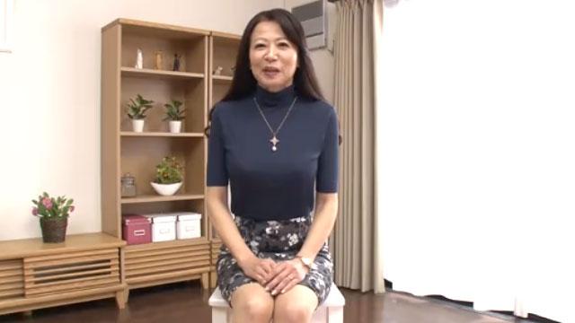 56歳熟女がAV初撮り!「恥ずかしいけど感じちゃう❤」華山美里