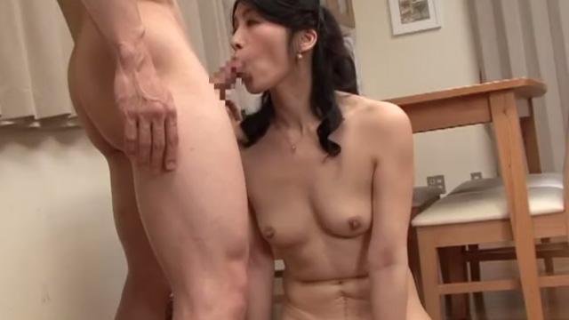 主人の目を盗み若い男を部屋に招き入れ不倫セックスに興じる人妻 古川祥子