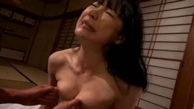 ドM奥さん、乱暴に乳首とオマンコを扱われて絶頂してしまう