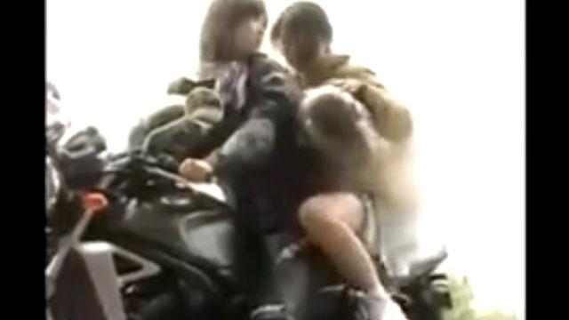 あら^~百合レズ奥さん、バイクにバイブを装着したアクメマシンで彼女とツーリングwww