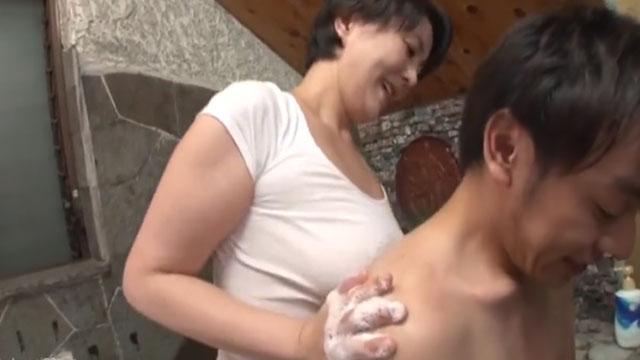 【近親相姦】大学受験を控えた息子の為に背中を流す→乳が当たって息子フル勃起 円城ひとみ