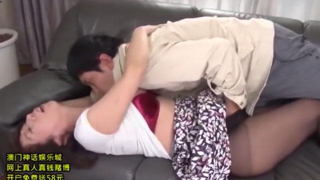 【近親相姦】久々に実家に帰った息子が溜まった性欲を母に吐き出す 岡村由希