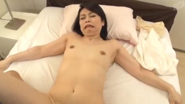 五十路熟女不倫、久し振りのセックスに上機嫌で服を脱いでドスケベボディを披露ww