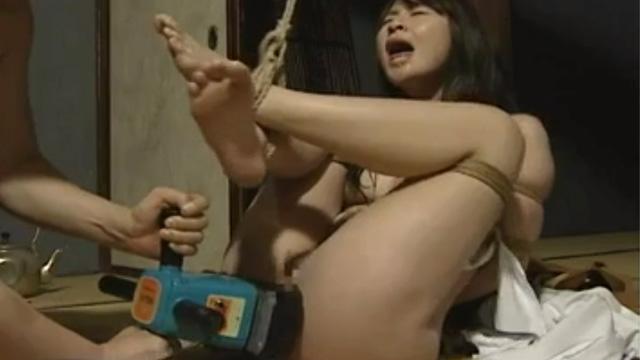 束縛された状態で強烈な電動バイブを挿入されて悶絶する熟女