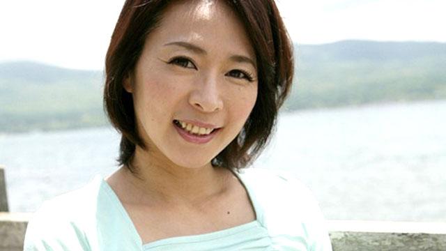 四十路妻、夫に内緒の不倫旅行で他人棒にしゃぶりつく!矢部寿恵