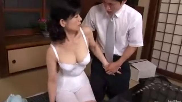 五十路熟女、若い訪問営業マンに興奮しキスを求め自宅不倫セックス 米崎真理