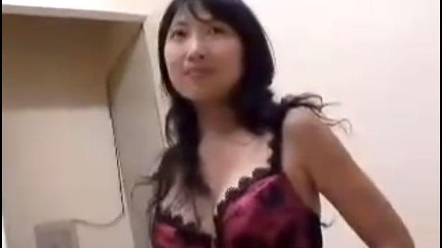 素人四十路奥さん、顔出ししないと騙されてガッツリ中出しセックスされるw