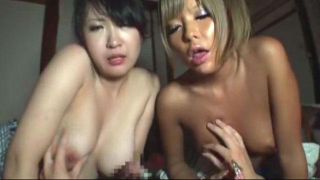 【乱交】温泉旅行で一本の肉棒をめぐり群がる若奥様たち