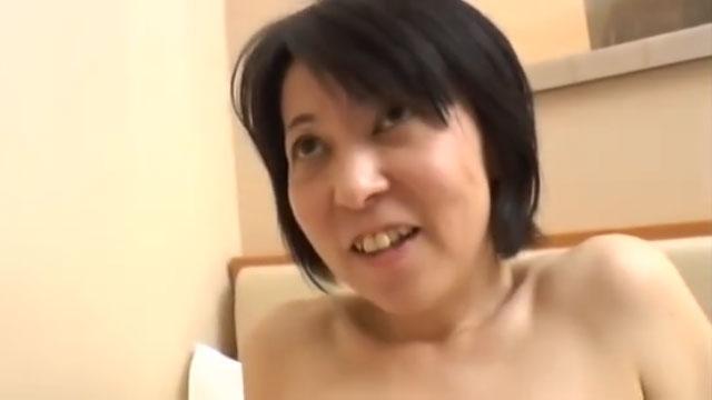 「挿れて下さい…」黒髪ショートの可愛い熟女が若い肉棒で豹変!アクメ連発中出しセックス!