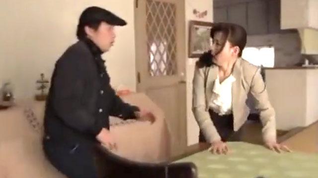 玄関開けたらレイプ魔が!「奥さんセックスしようよ…」迫り来る肉棒