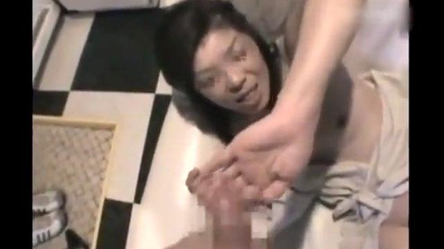 【個人撮影】熟年不倫!嫌がるおばさんの顔面に2発ぶっかける絶倫チンポ!