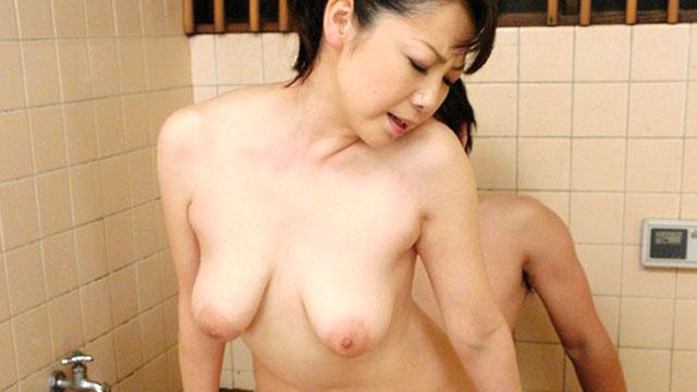 おばさんのオマンコ最高だよ!友達の母親とのガチセックス!沢村麻耶