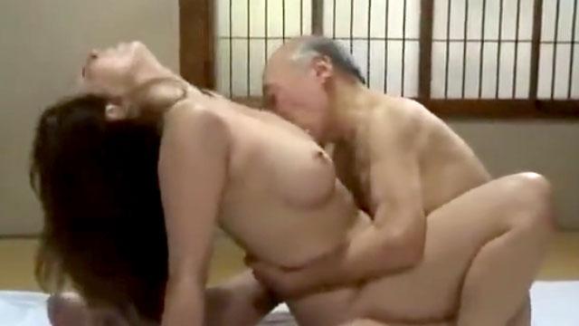 【風間ゆみ】未亡人妻、爺の現役チンポでアクメイキ!