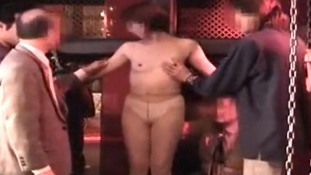妻を無理やり変態輪姦パーティに参加させて撮影!途中からヤケクソ気味に複数のチンポにしゃぶりつく!