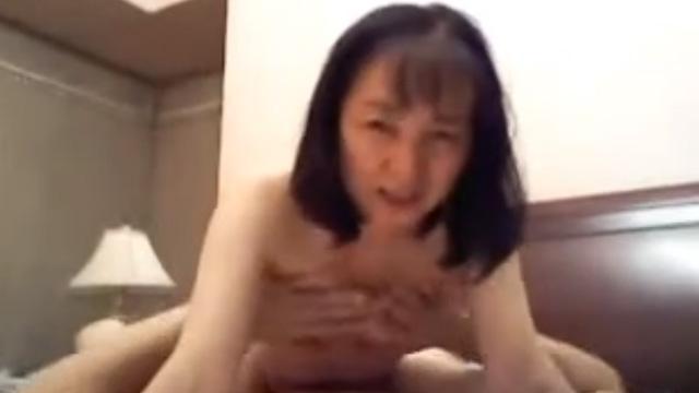 【個人撮影】五十路熟女がカメラ目線で騎乗位セックスする動画がエロいwww