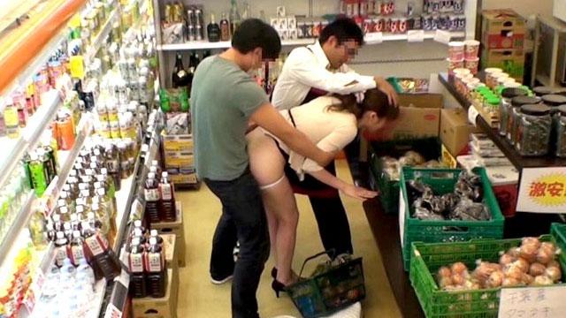 【キメセクレイプ】人妻にスーパー店内で突然媚薬チンポをねじ込み!店員もグル!
