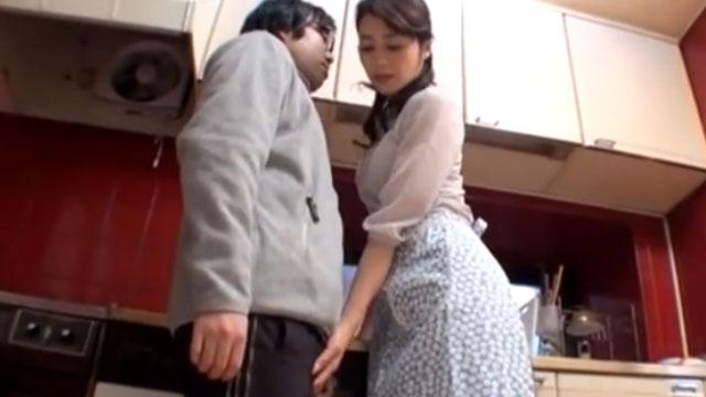 【近親相姦】セックスレス妻、旦那が隣にいるのに義息子のチンポを弄りだす 北条麻紀