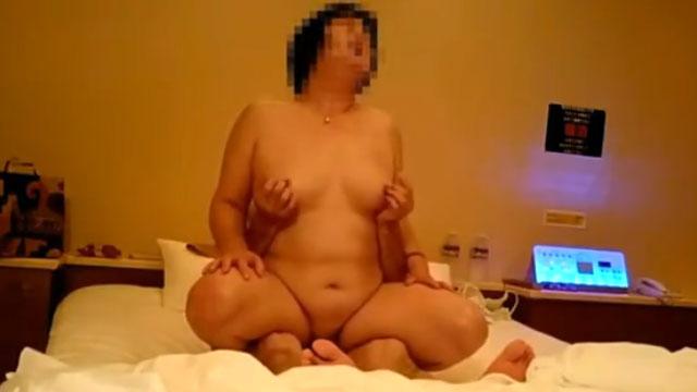 【個人撮影】熟年カップルが不倫セックスで快楽を貪り合う姿が生々し過ぎるw