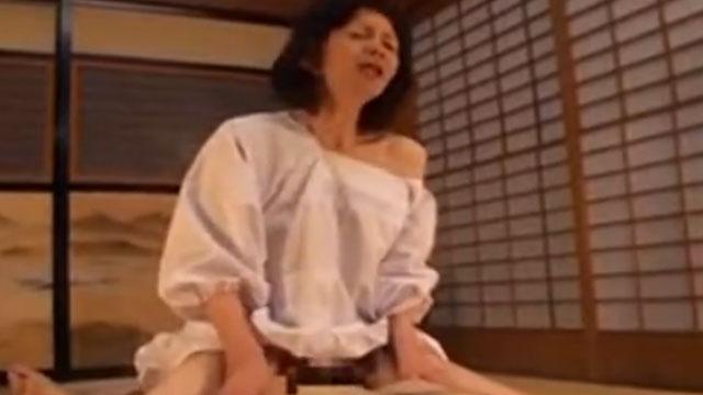 割烹着の五十路熟女が若い男との中出しセックスで絶頂 大竹かずよ