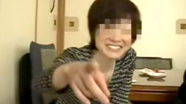 【個人撮影】50代熟女「コレ撮ってんの?」撮影承知で若いチンポによがり狂うw